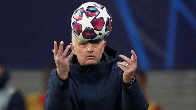 Mourinho ho nepochválil. Futbalista Tottenhamu vbehol na tribúnu a chcel si vybavovať účty s fanúšikom